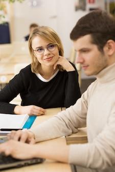 Jóvenes emprendedores trabajando juntos en la oficina.