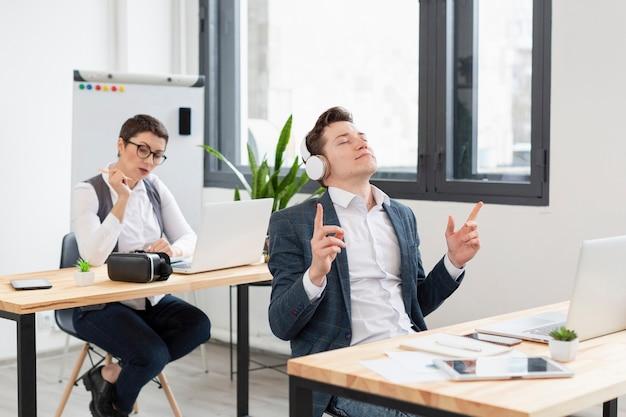 Jóvenes emprendedores trabajando en la oficina