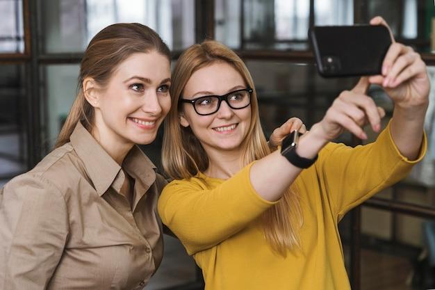 Jóvenes empresarias tomando un selfie juntos