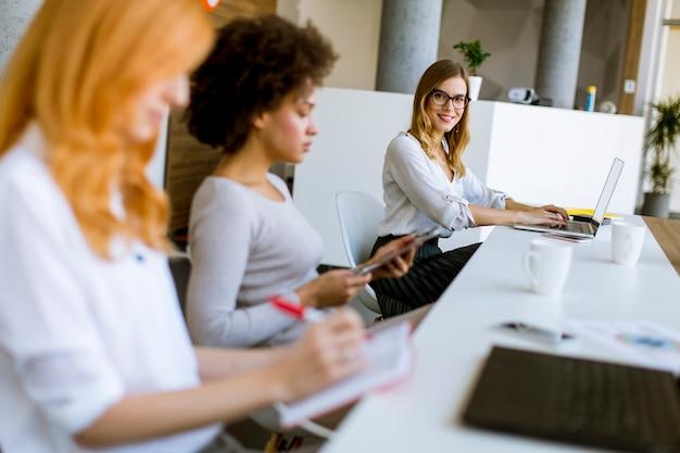 Jóvenes empresarias trabajando en oficina