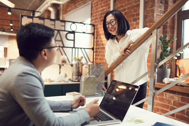 Jóvenes empresarios asiáticos en oficina