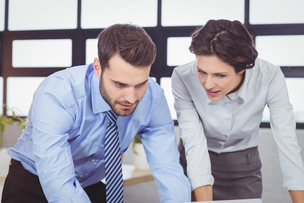 Jóvenes empresarios concentrados en la oficina