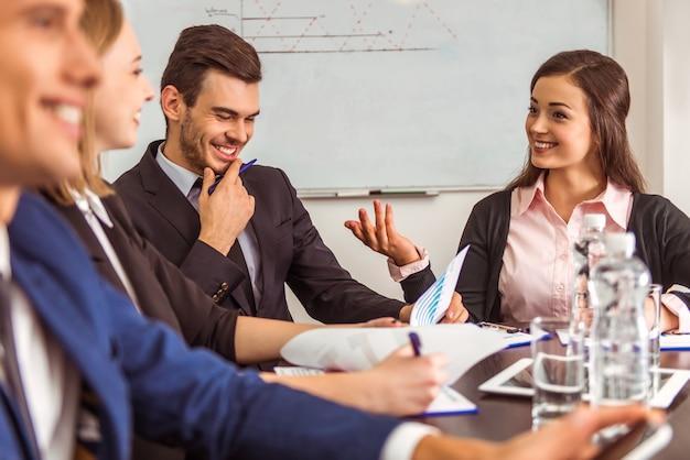 Jóvenes empresarios en una conferencia en la oficina.