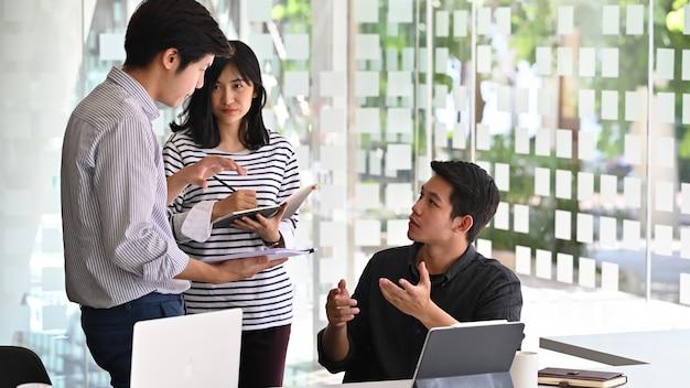 Jóvenes empresarios hablando con proyecto de discusión