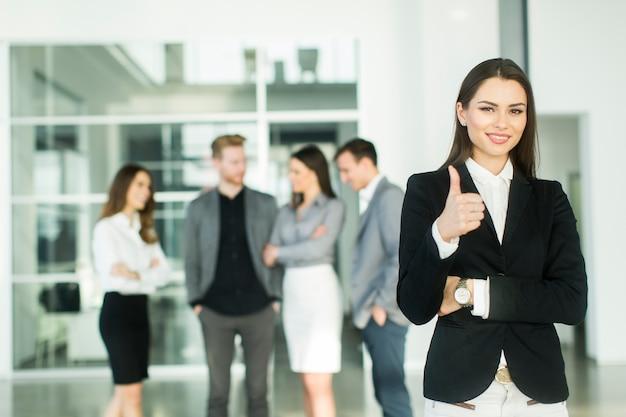 Jóvenes empresarios modernos en la oficina