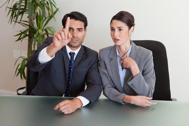 Jóvenes empresarios negociando