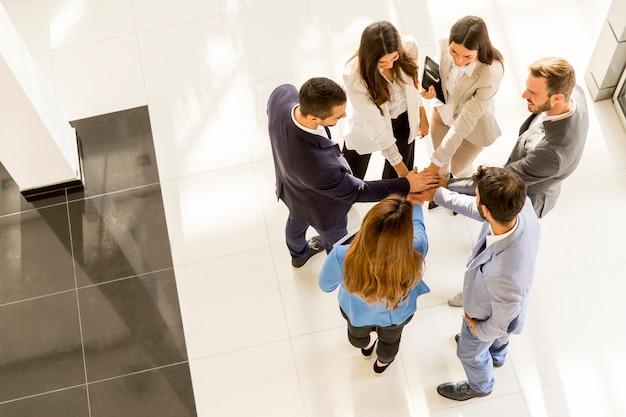 Jóvenes empresarios en la oficina moderna, visto desde arriba