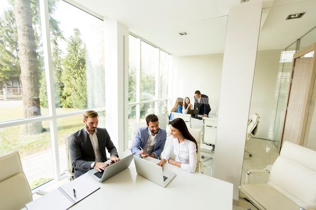 Jóvenes empresarios en la oficina moderna