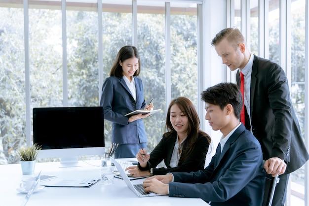 A los jóvenes empresarios se les presenta un proyecto de trabajo de marketing al cliente en la oficina de la sala de reuniones