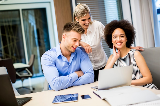 Jóvenes empresarios que trabajan en una oficina moderna