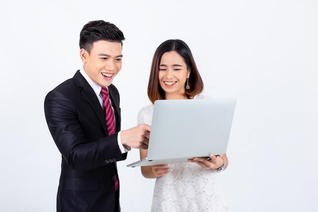 Jóvenes empresarios que trabajan con ordenador portátil en blanco