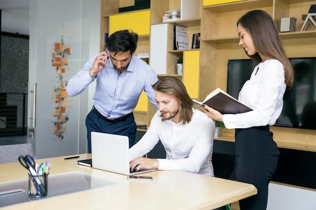 Jóvenes de empresarios en la reunión discutiendo ideas en la oficina.