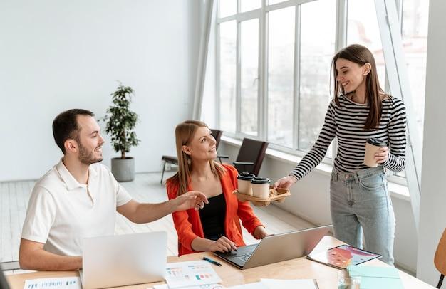 Jóvenes empresarios trabajando en equipo portátil