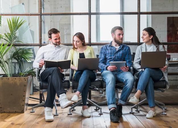 Jóvenes empresarios trabajando juntos en la oficina