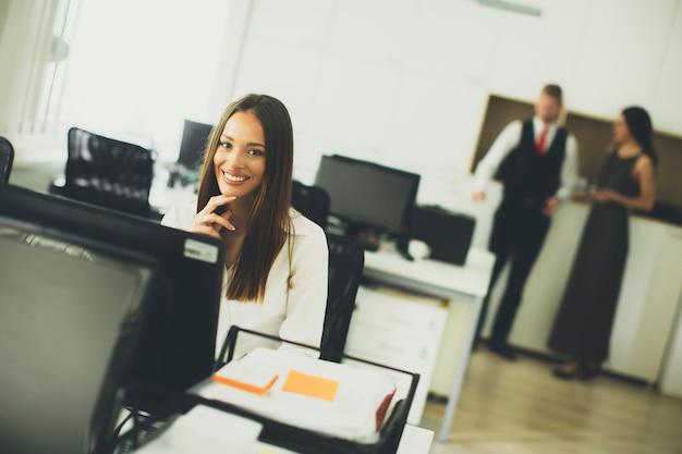 Jóvenes empresarios trabajando en oficina moderna