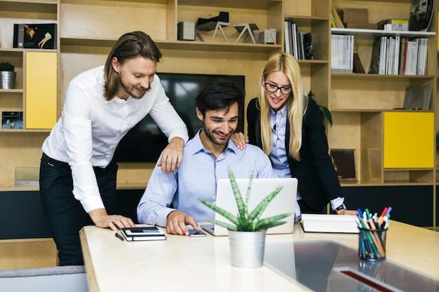 Jóvenes empresarios trabajando en oficina moderna.