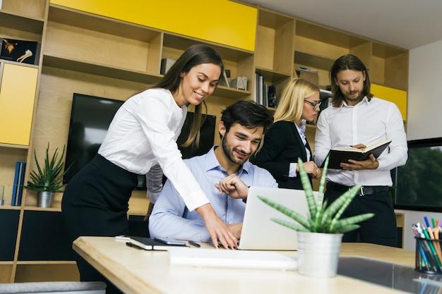 Jóvenes empresarios trabajando en la oficina.