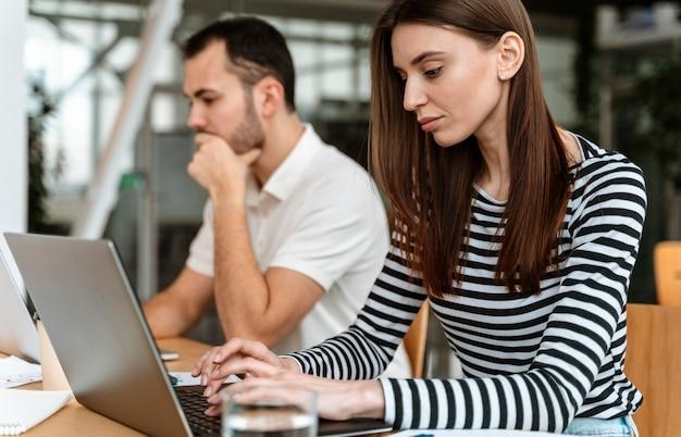 Jóvenes empresarios trabajando