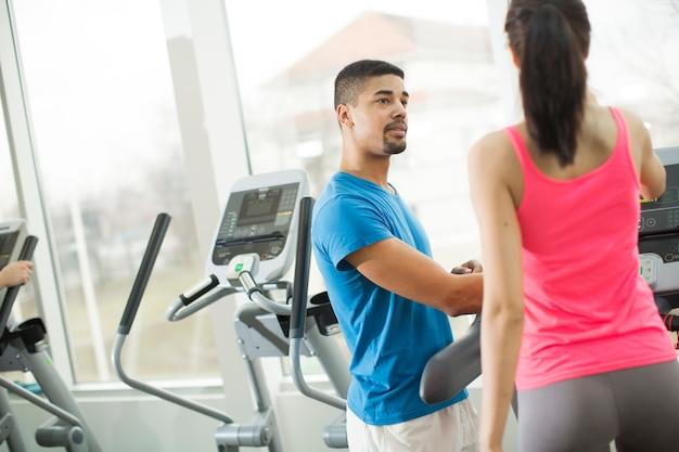 Jóvenes entrenando en el gimnasio.