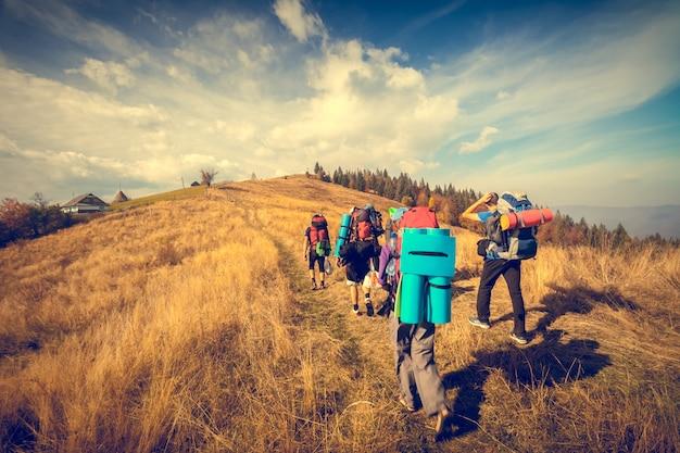 Los jóvenes están caminando en las montañas