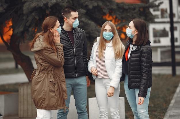 Los jóvenes están extendiendo máscaras desechables afuera