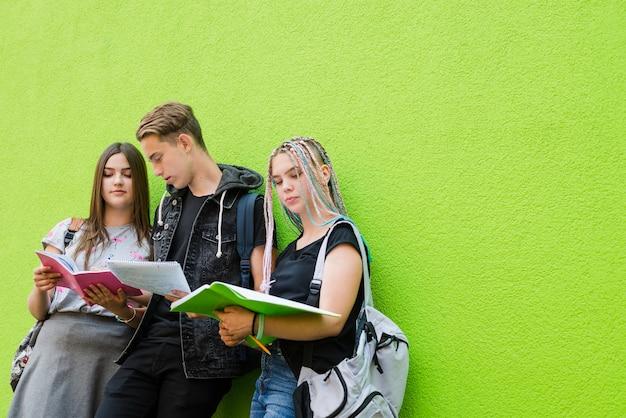 Jóvenes estudiando en la calle