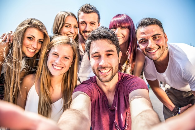 Jóvenes estudiantes al aire libre