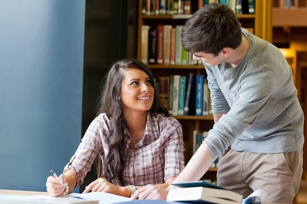 Jóvenes estudiantes ayudándose unos a otros