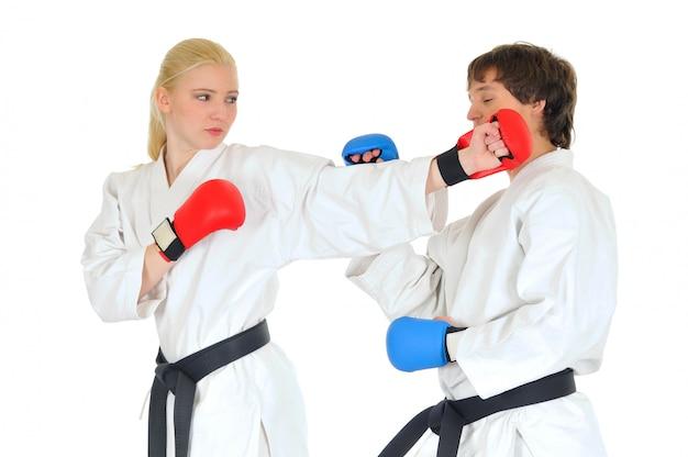 Jóvenes estudiantes de karateka en kimono blanco