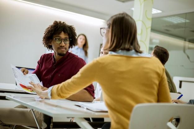 Jóvenes estudiantes sentados en el aula