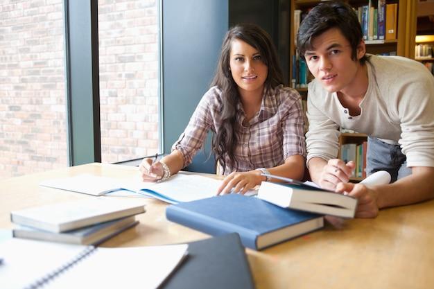 Jóvenes estudiantes trabajando juntos