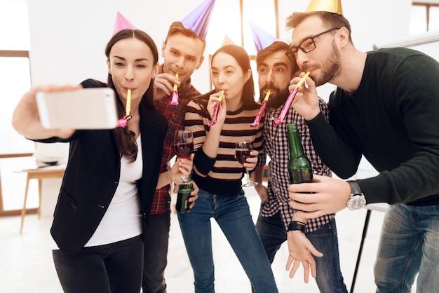 Los jóvenes con gorros de vacaciones hacen selfie.