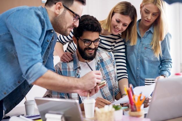 Jóvenes grupos de desarrolladores están revisando la nueva tarea que se les ha otorgado y están contentos con ella.