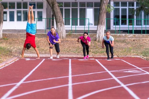 Los jóvenes haciendo cola para una carrera en una pista