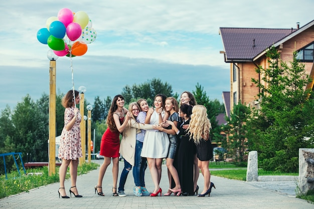 Jóvenes hermosas mujeres felices celebran despedida de soltera en el muelle