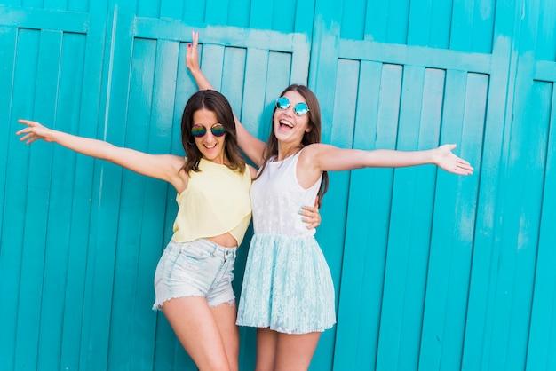 Jóvenes hipsters activos mujeres divirtiéndose juntos
