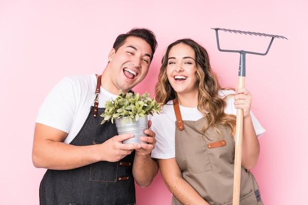 Jóvenes jardineros latinos enamorados pareja
