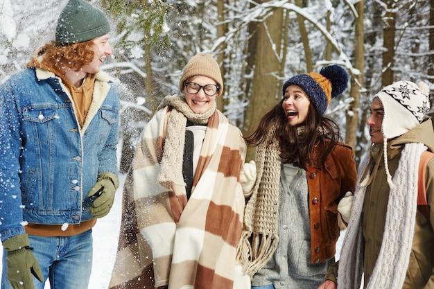 Jóvenes juguetones en bosque de invierno