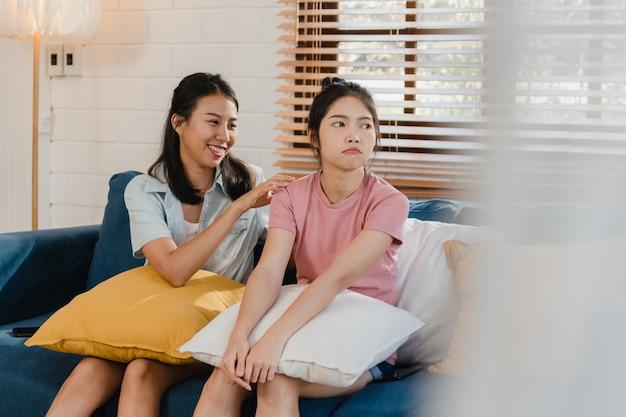 Jóvenes lesbianas lgbtq mujeres asiáticas pareja enojado conflicto juntos en casa