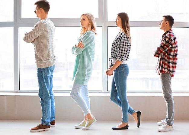 Jóvenes en línea de espera en el interior