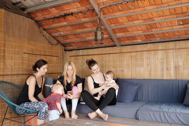 Jóvenes madres en estudio de yoga
