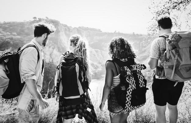 Jóvenes mochileros que viajan en la naturaleza