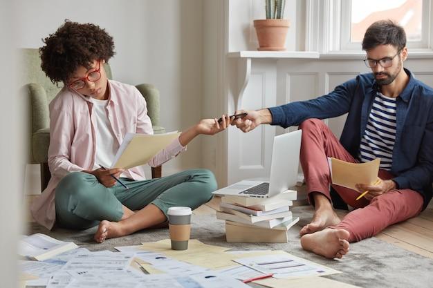 Los jóvenes multiculturales colaboran en el plan de negocios