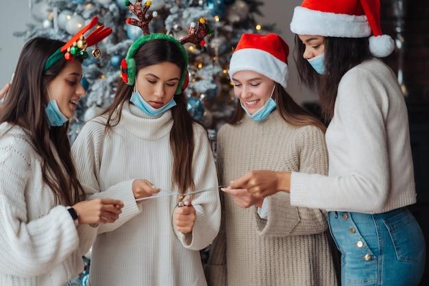 Jóvenes multiétnicos celebrando la víspera de año nuevo con bengalas