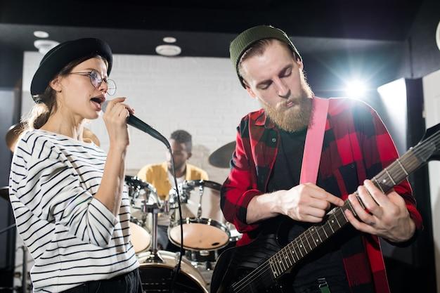 Jóvenes músicos actuando