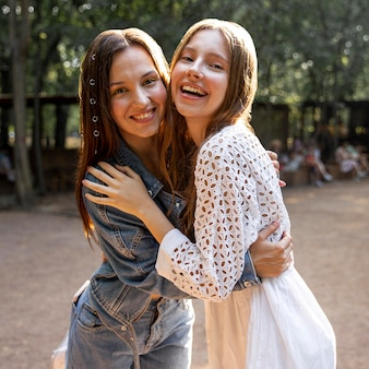 Jóvenes novias abrazándose