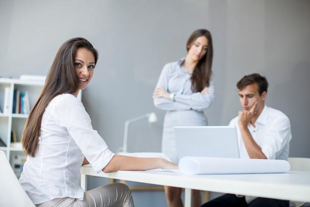 Jóvenes en la oficina