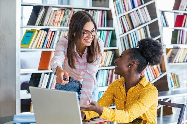 Jóvenes profesionales trabajan en compañía, usando laptop y tablet