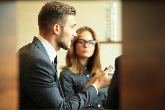 Jóvenes profesionales trabajan en la oficina moderna. equipo de negocios trabajando con inicio.