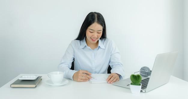 Los jóvenes profesores asiáticos están enseñando en línea de forma divertida desde su oficina en casa, el concepto de enseñanza del distanciamiento social durante las enfermedades por el virus covid.